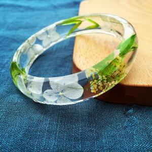 China Vibrant Green Real Dry Clear Resin Flower Bracelet For Elegant Ladies wholesale
